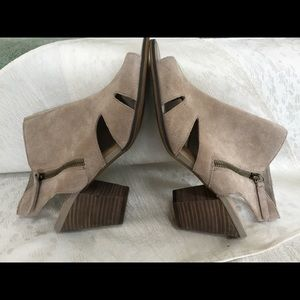 Sandals in wide width